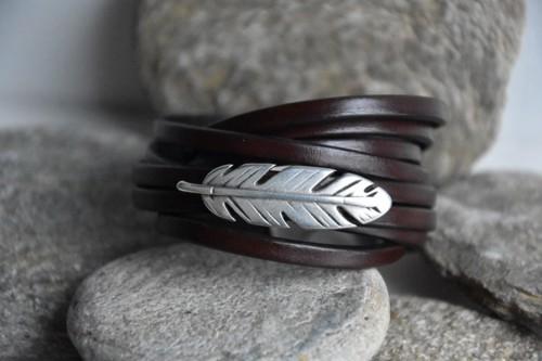 N°5 Wikkel Armband Donkerbruin met Veertje